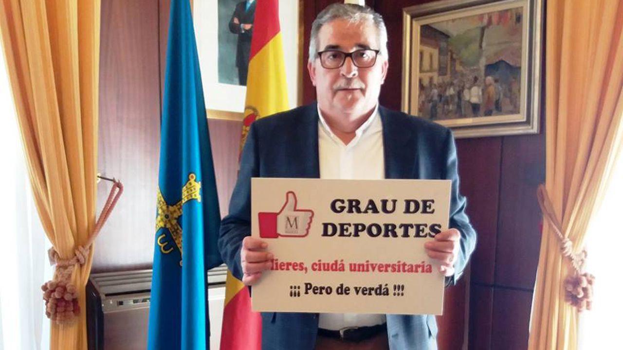 Grado de deportes en el campus de mieres.Aníbal Vázquez, alcalde de Mieres, apoyando la campaña