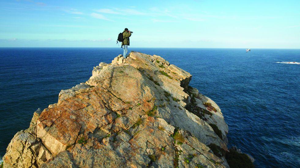 Un fotógrafo toma imágenes del litoral asturiano en Cabo Peñas.Un fotógrafo toma imágenes del litoral asturiano en Cabo Peñas