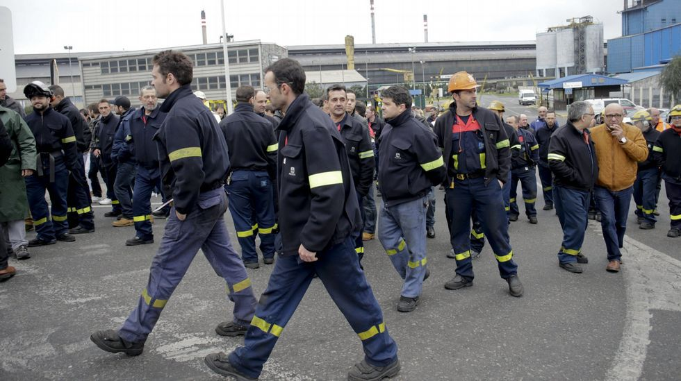 .Trabajdores de la planta de A Coruña ante la factoría durante una protesta reciente.