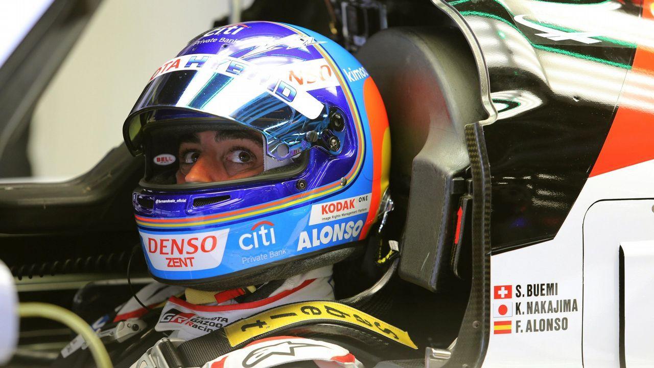 El vuelo del coche de Fernando Alonso.El piloto español Fernando Alonso del equipo McLaren posa antes del Gran Premio de Australia de la Fórmula Uno 2018, en el Albert Park Circuit en Melbourne, (Australia) hoy, jueves 22 de marzo de 2018. El Gran Premio de Australia tendrá lugar el 25 de marzo de 2018.