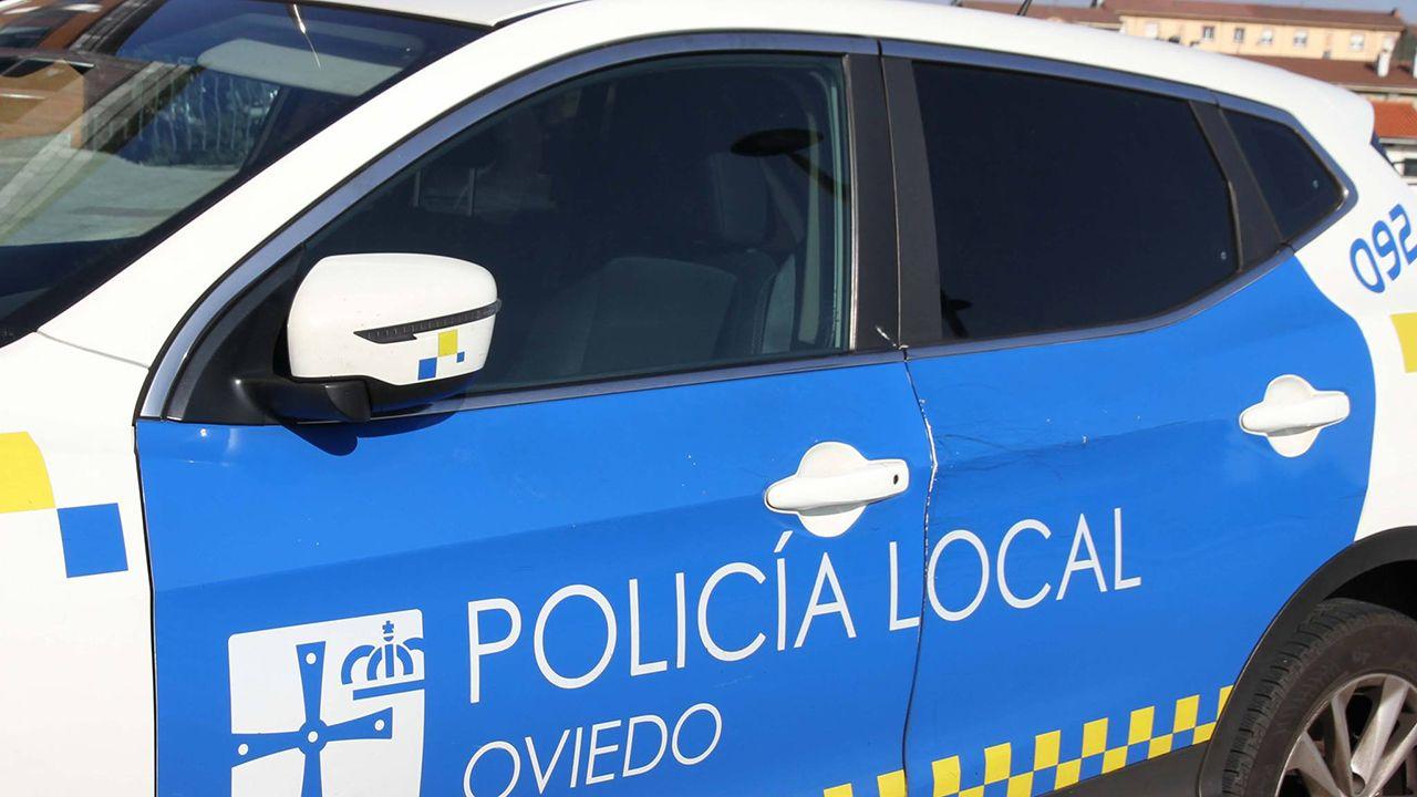 Los pacientes esperan en una de las salas de espera de las consultas externas del HUCA.Coche de la Policía Local de Oviedo