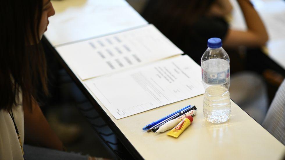 Varios bolígrafos, agua y líquido corrector son algunos de los objetos más repetidos en la mesa. Se puede llevar reloj, pero no inteligente
