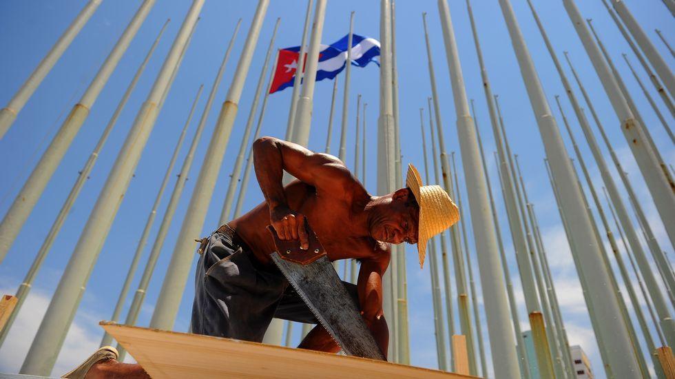.Trabajadores colocan una tarima ante la embajada de Estados Unidos en el Malecón de La Habana.