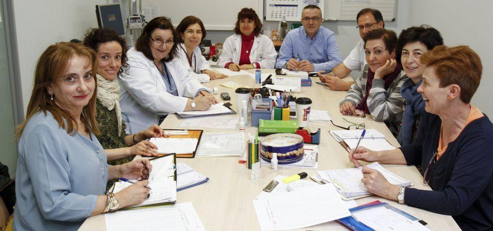 .Los dos turnos de trabajo coinciden a las dos y media de la tarde, en que se reúnen para intercambiar información y para planificar.