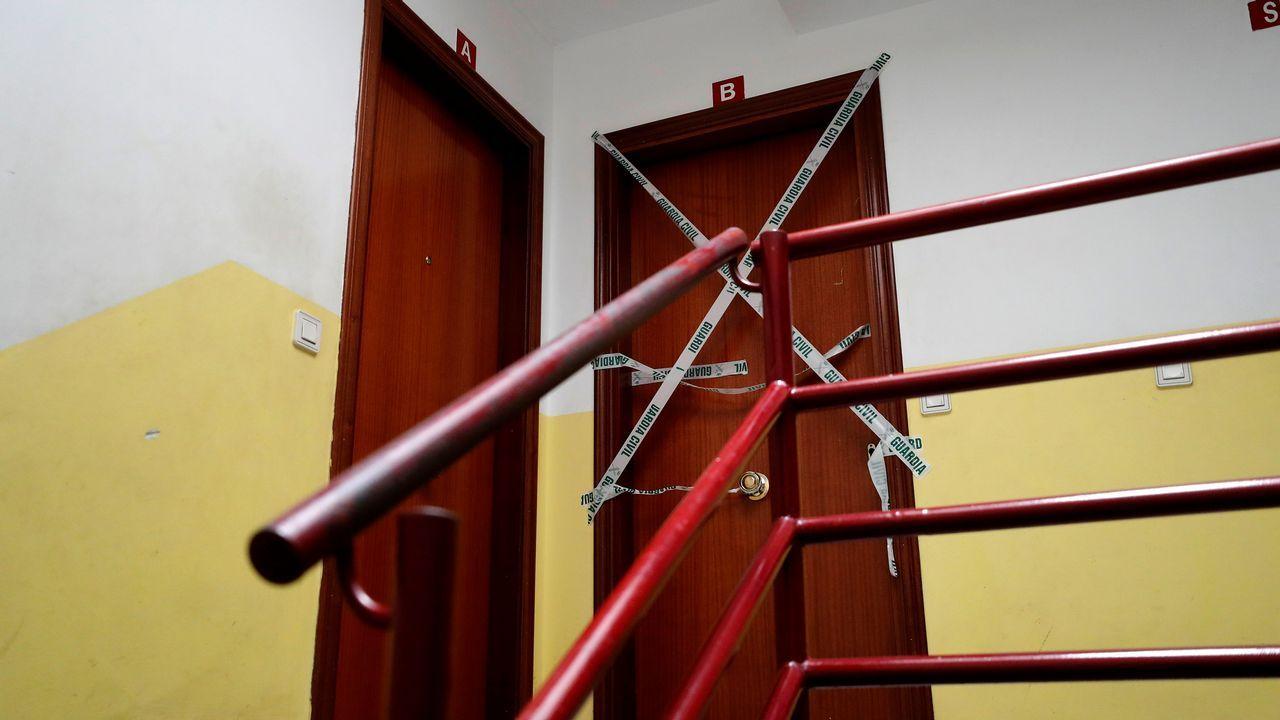 Vivienda precintada por la Guardia Civil donde una mujer de 29 años ha sido asesinada, al parecer con un arma blanca, supuestamente por su marido, de 51 años, que después se ha suicidado en su vivienda de La Caridad, en el concejo asturiano de El Franco