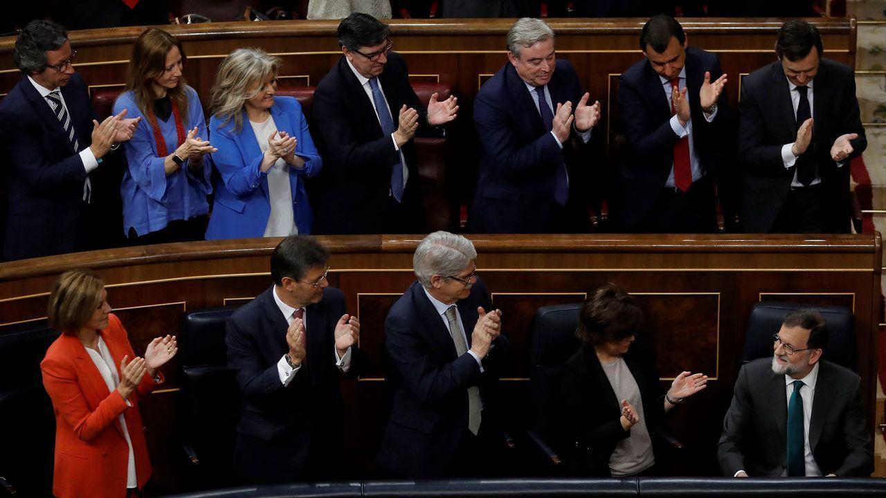 La bancada popular aplaude a Rajoy.