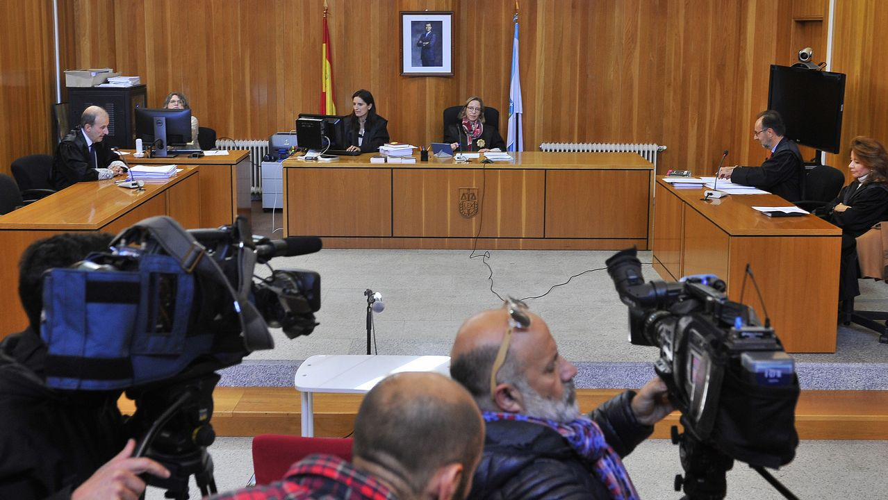 Ovidio Rodeiro, delegado territorial de la Xunta en A Coruña, vacunándose de la gripe
