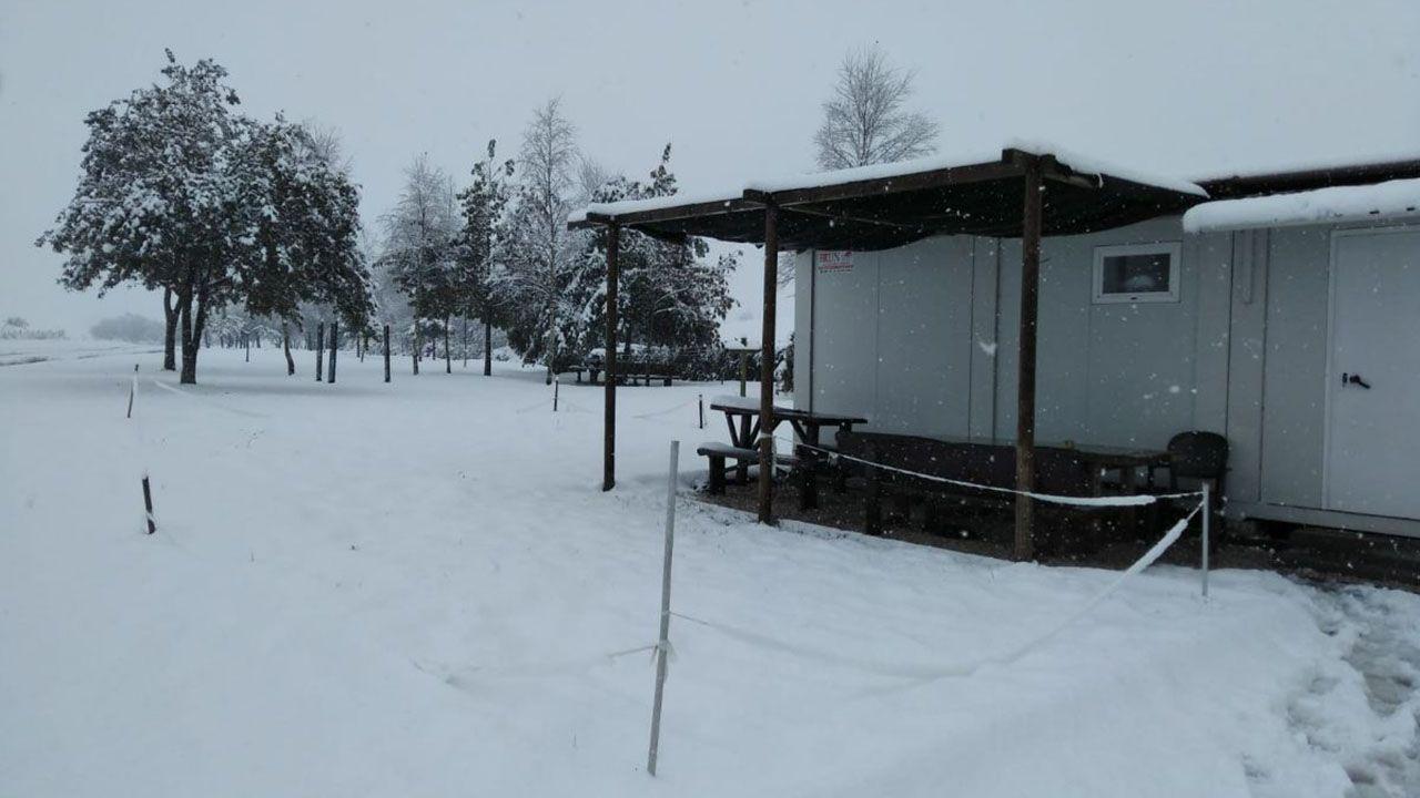 Base de las brigadas forestales de Tineo cubierta de nieve