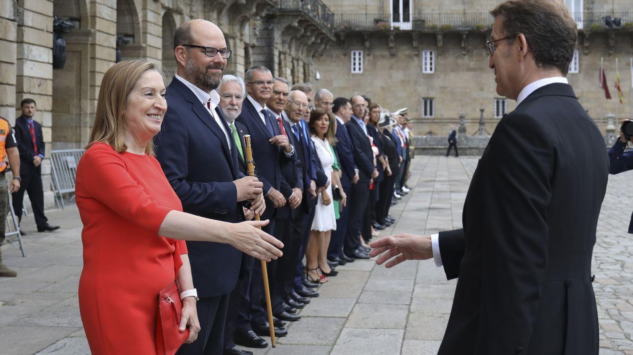 Rajoy en Ribadumia: «No puede haber un referendo, aquí rige la ley».Responsables de la Fidma y la Cámara de Comercio, y el artista Benjamín Menéndez, junto a su cartel