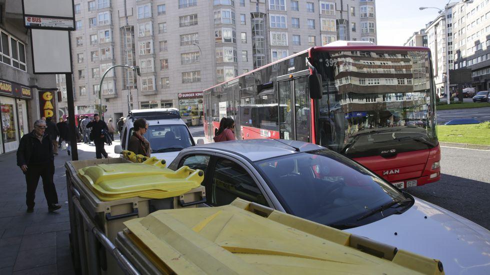 Tico en el aula.Coches aparcados en la parada de bus de la ronda de Outeiro a la altura de la avenida Finisterre