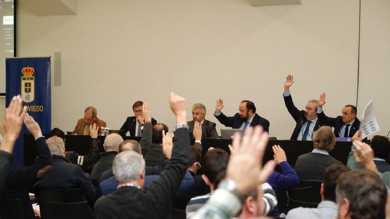 Los accionistas votan durante la Junta