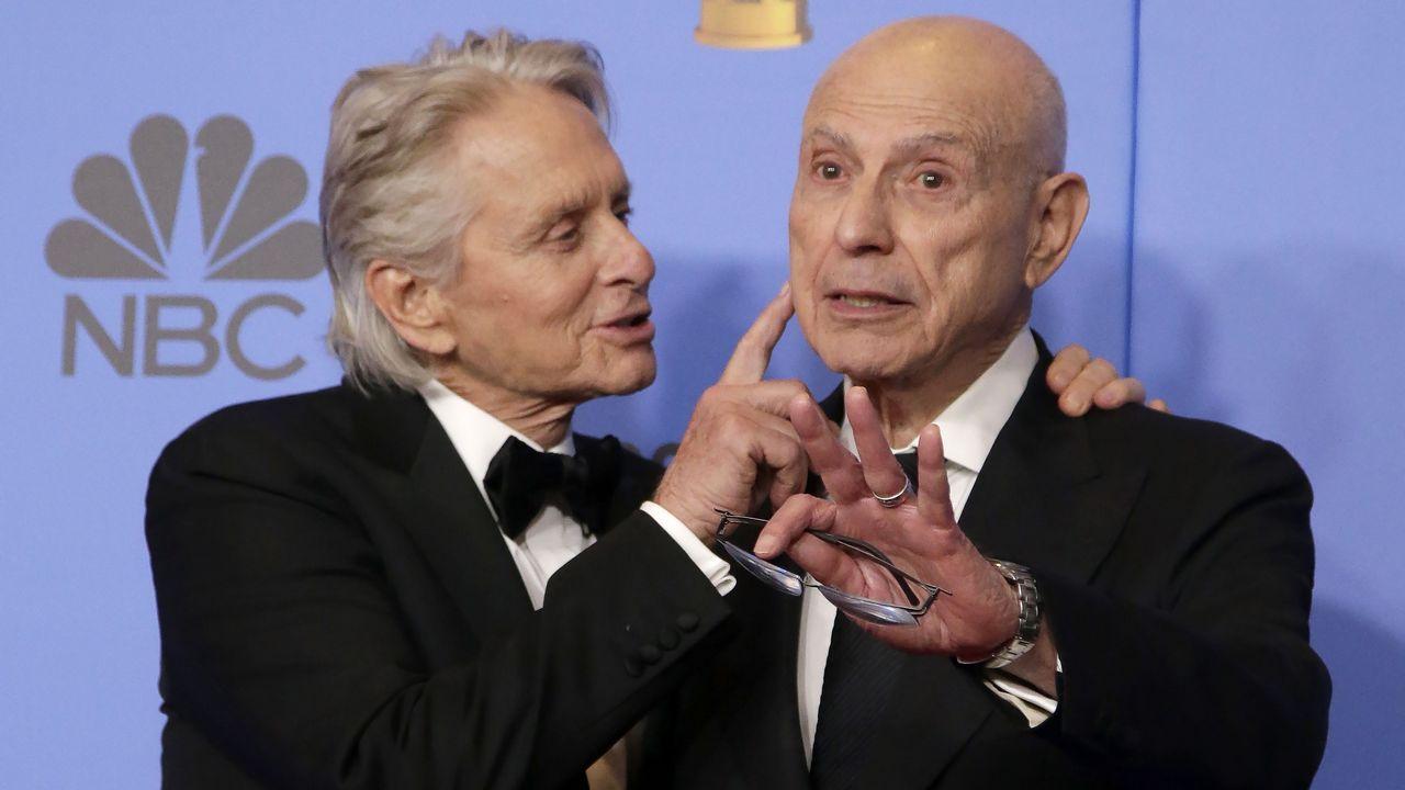 El toque dorado de los Globos de Oro.Michael Douglas y Alan Arkin celebran el premio al «Método Kominsky»