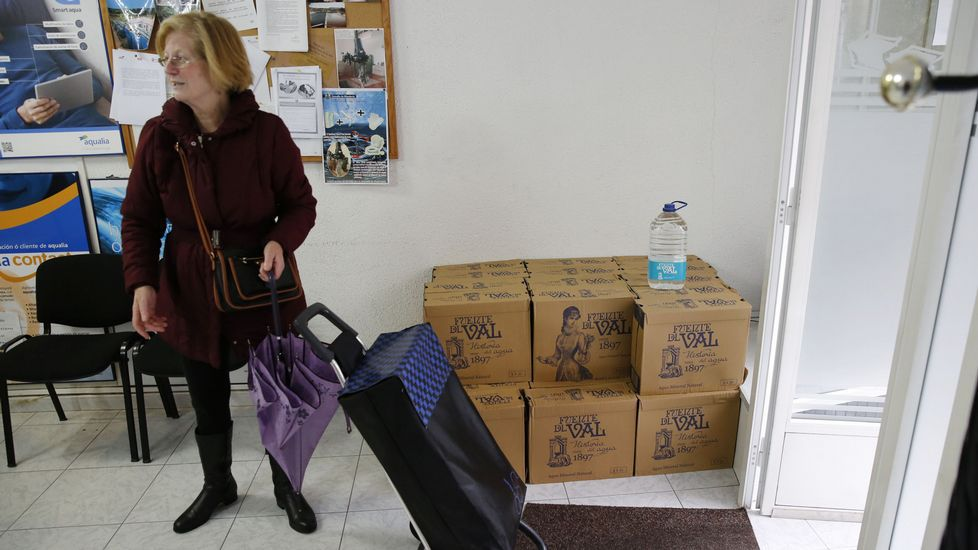 Aqualia reparte garrafas de agua en su oficina de Ribadavia