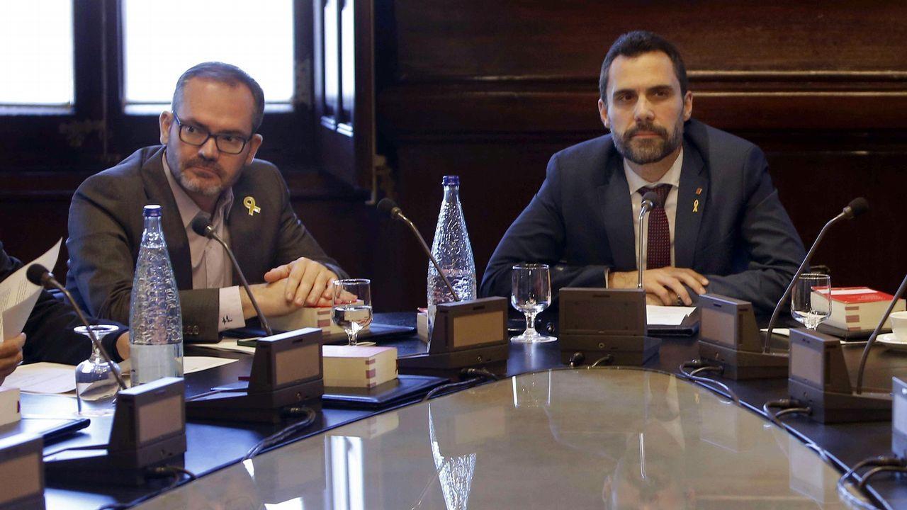 Disputa en el Parlament entre JxCat y ERC.Los cerca de 5.000 «mossos» que se manifestaron por el centro de Barcelona se cruzaron aplausos con sus compañeros de la jefatura de la Policía Nacional