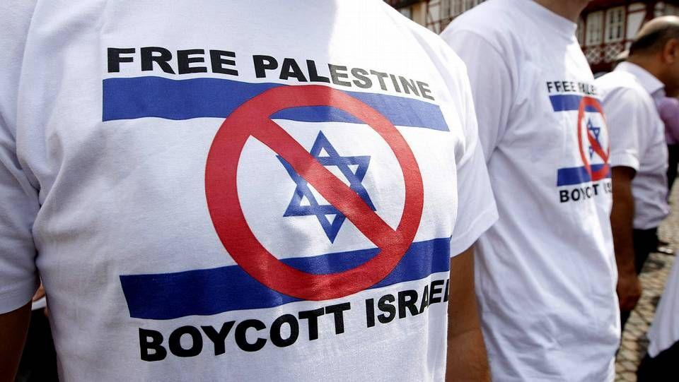 Manifestantes alemanes muestran camisetas a favor de un boicot contra los israelíes