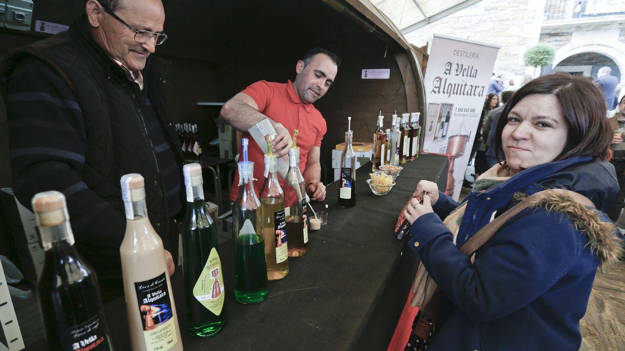 Un puesto de venta de licores en la Festa da Augardente de Portomarín