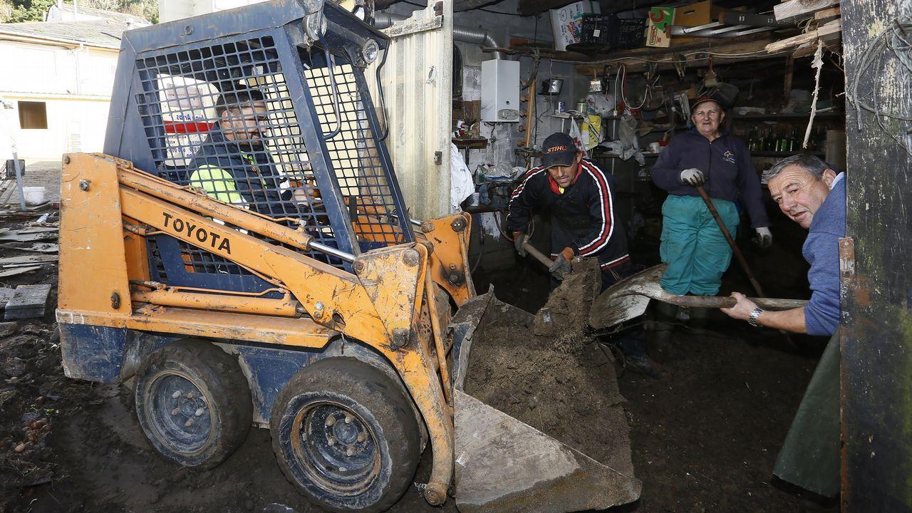«Queda muchísimo por limpiar» en Xunqueira.Técnicos de EDP tratan de arreglar una avería eléctrica en medio de una gran cantidad de nieve