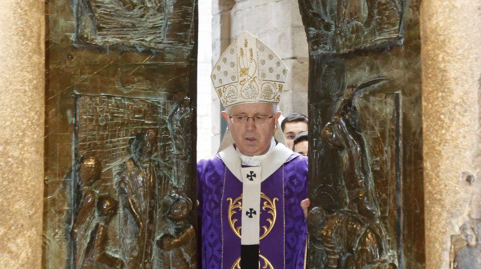 Apertura de la puerta de la misericordia de la Catedral de Santiago.Dos de las fotografías que se exponen.