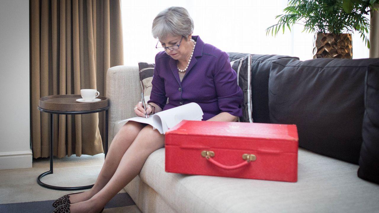 .La primera ministra británica, Theresa May, junto a su cartera ministerial de color rojo, preparando un discurso en un hotel de Birmingham este martes