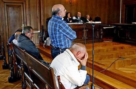 Abucheos a Marta Ferrusola: «¡Ladrona, ladrona, devuelva el dinero!».Solo uno de los cinco acusados que declararon en junio del 2013 en la Audiencia fue absuelto.