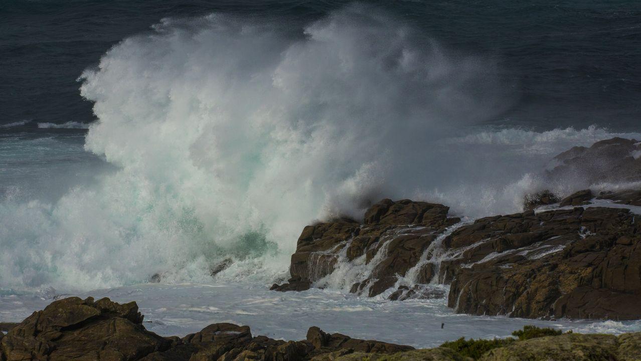 Intensa lluvia y fuertes rachas de viento en toda la Costa da Morte.Asamblea de afectados de Lácteos Pérez, celebrada a principios de octubre
