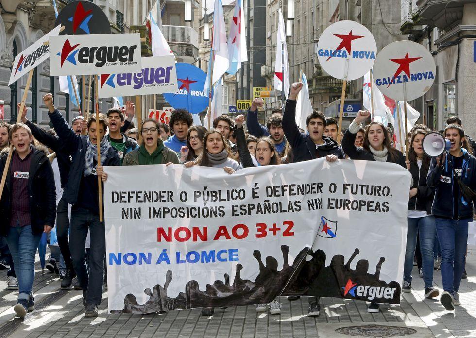 La manifestación de los estudiantes recorrió ayer por la mañana el centro de la ciudad.