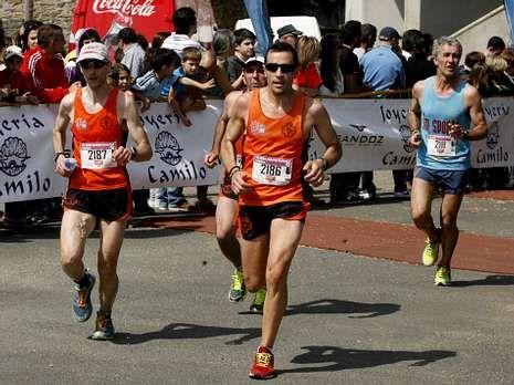 Un grupo de corredores pasa por las inmediaciones de la meta.