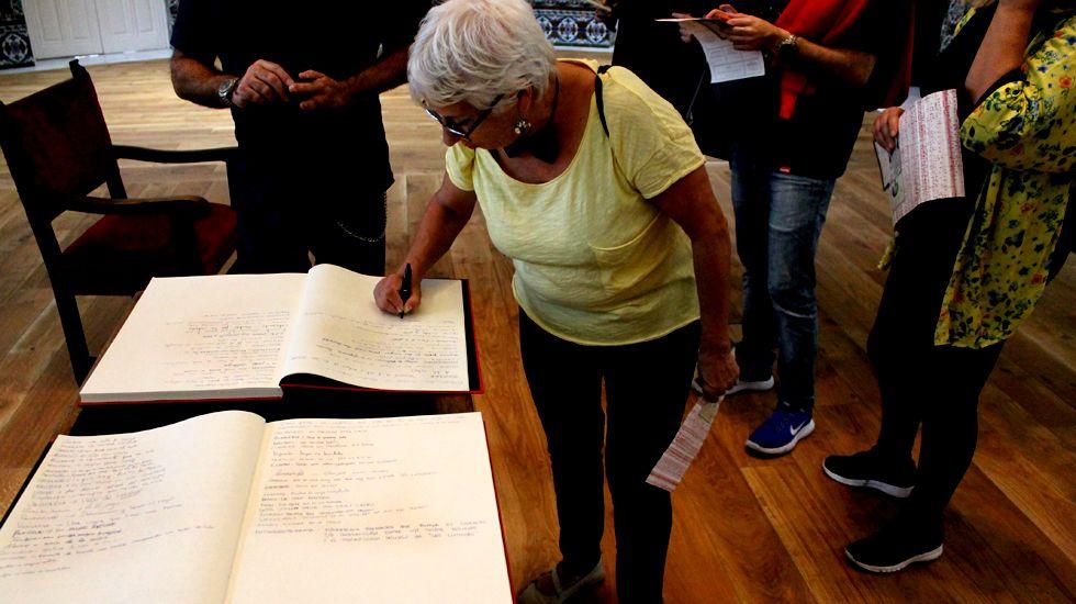 Una participante en la «yincanta» anota una palabra inventada en el listado