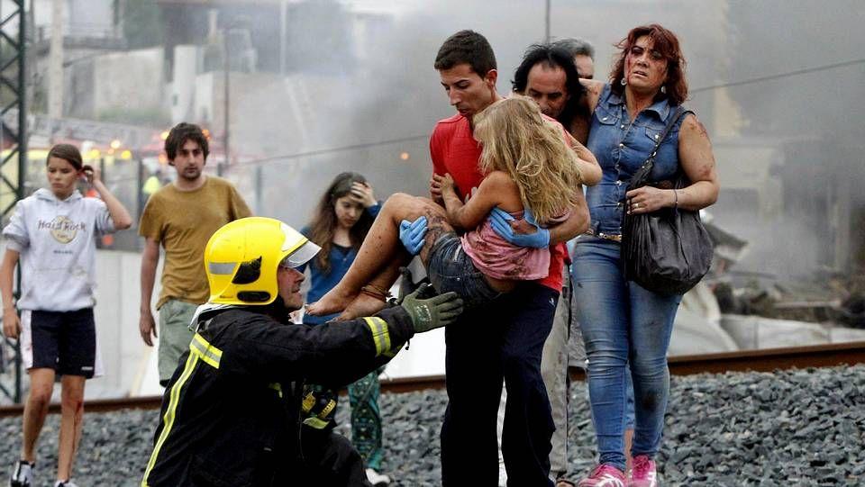 Pedro Sánchez asegura que va a «asumir la responsabilidad» de formar gobierno.En la imagen, Abel Rivas, con una de las niñas que rescató del tren.