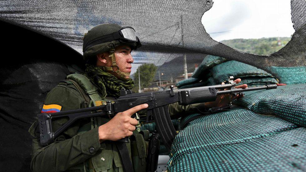 Un soldado hace guardia en un puesto avanzado en la región de Cauca, en un área de fuerte presencia de las FARC.