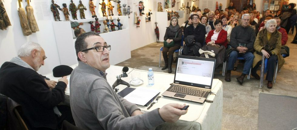Montenegro, con Felipe Arias, durante una charla sobre el monumento en el Museo Provincial.