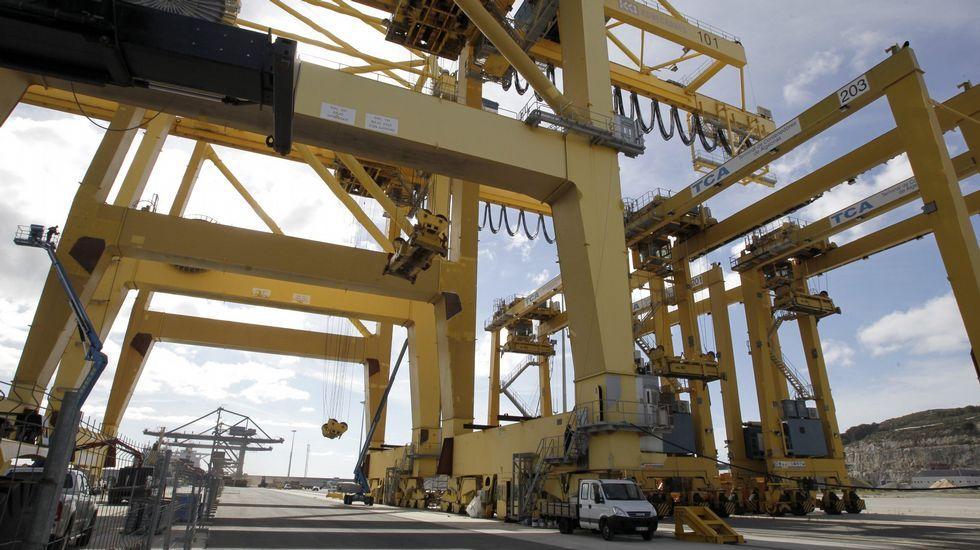 La «Méndez Núñez» zarpa de Ferrol para asumir el mando de la OTAN.Grúas para contenedores en el puerto exterior de Ferrol
