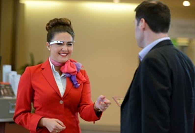 «El paro es el principal desafío de España».Una de las azafatas de Virgin Atlantic con las Google Glass