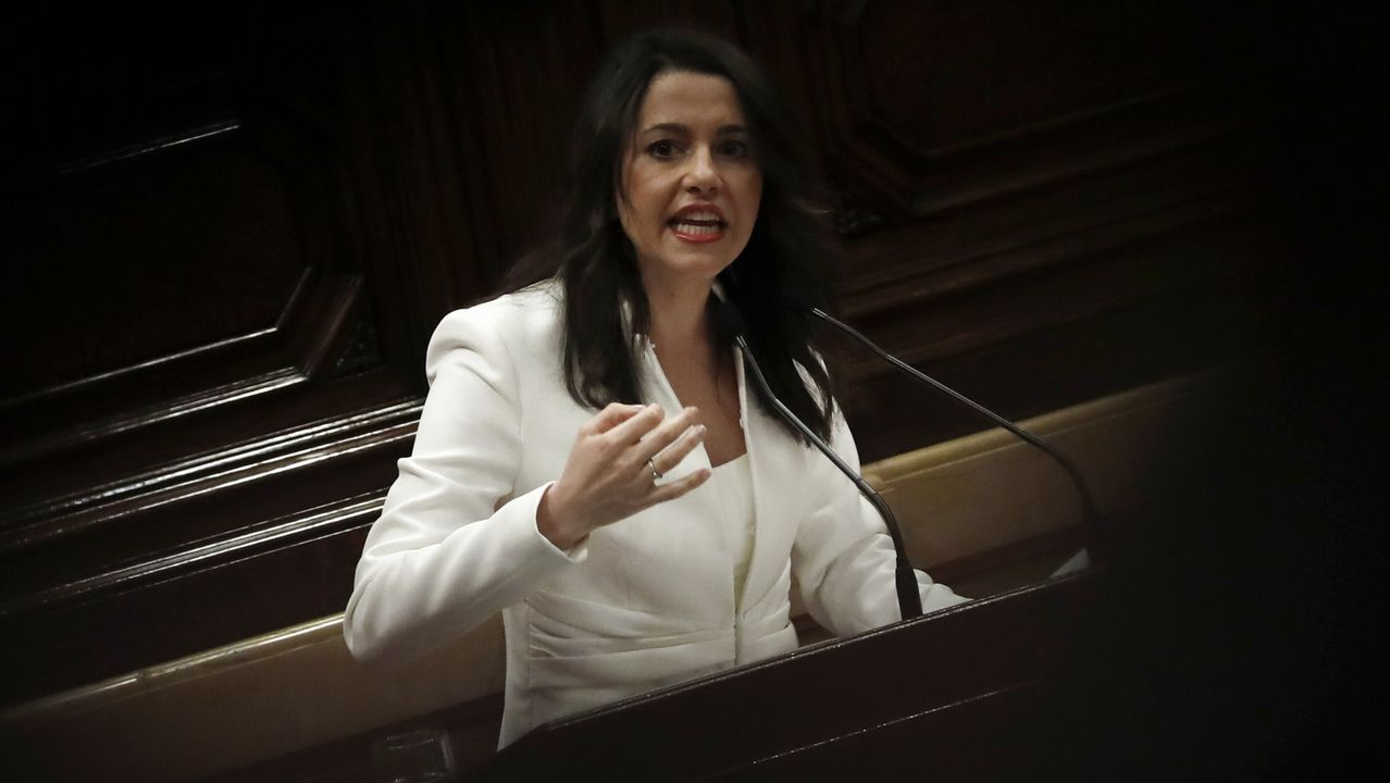 Torrent suspende el pleno del Parlament por la retirada de un lazo amarillo.Momento en el que Carlos Carrizosa retira un lazo amarillo colocado en el banco del Govern