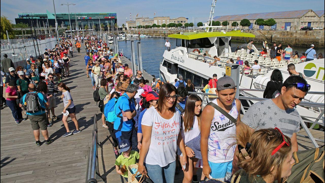 Enfado de los pasajeros de la naviera que no pudo desembarcar en las islas Cíes