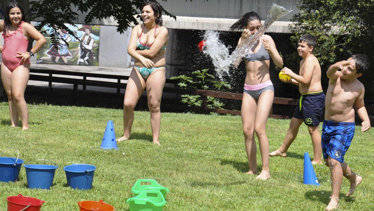 .Guerra de globos de agua en la fiesta de clausura del campamento tecnológico en La Molinera.