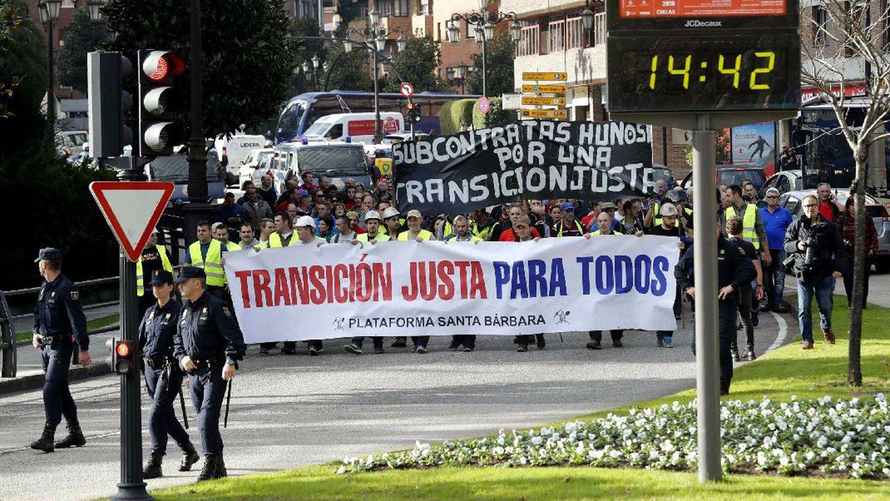 El consejero Guillermo Martínez, en una visita al Servicio de Emergencias del Principado (Sepa), en La Morgal.Imagen del paso de la marcha minera por Oviedo