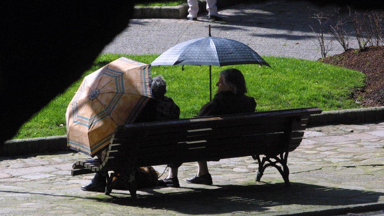 El viento que trae un temporal a Ferrol.Imagen del turismo implicado en el siniestro. La grúa pudo continuar su marcha