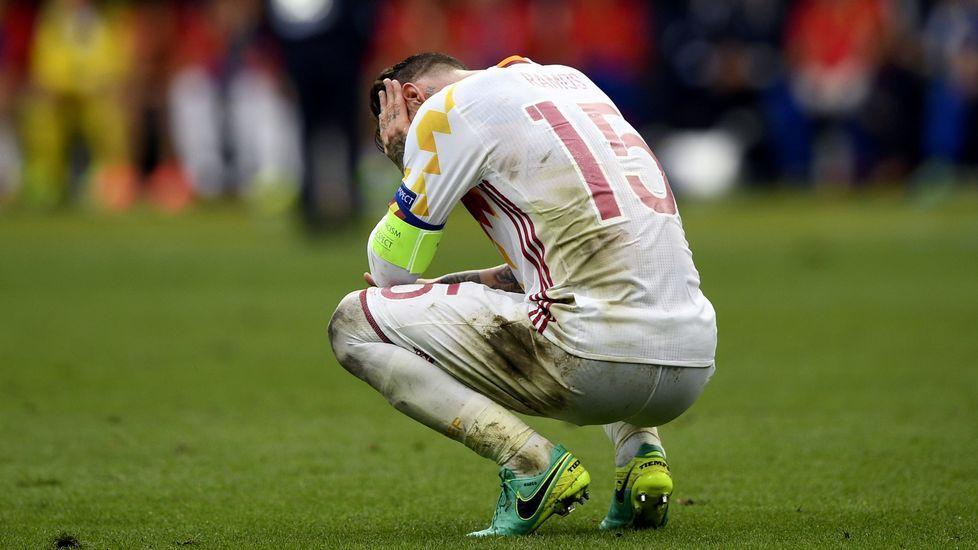 Caras largas en Barajas.Sergio Ramos se lamenta tras la derrota contra Italia