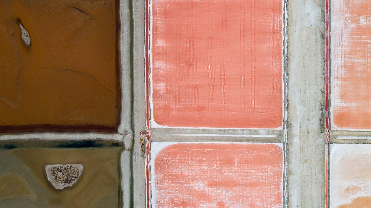Una vista de salinas en Cádiz remite en su estética a un cuadro de Rothko