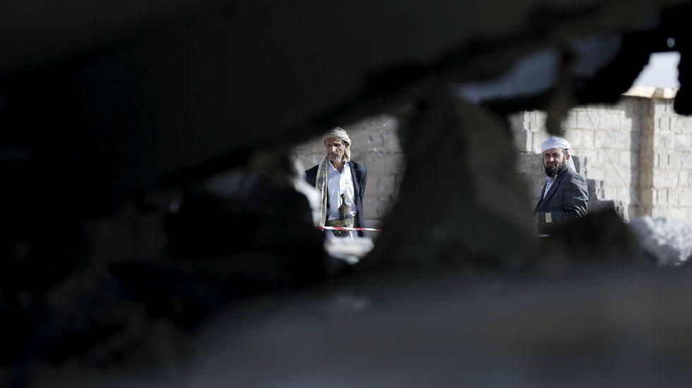 Atentado en una mezquita de Arabia Saudí.Un niño sale por la ventana de su casa en Katmandú.