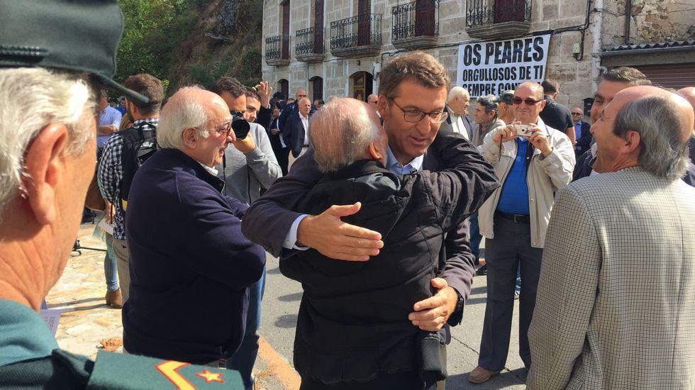 Feijoo besa a su pareja Eva Cárdenas celebrando su mayoría absoluta