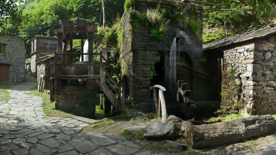 La localidad asturiana de Taramundi, una de las pioneras en turismo rural, es famosa por su tradición artesana, en especial el arte de la cuchillería, que ha sido desde siempre una de las actividades económicas principales del municipio. El Museo de los Molinos, de obligada visita, se haya enclavado en un entorno natural de enorme belleza, a la orilla del río Turia.