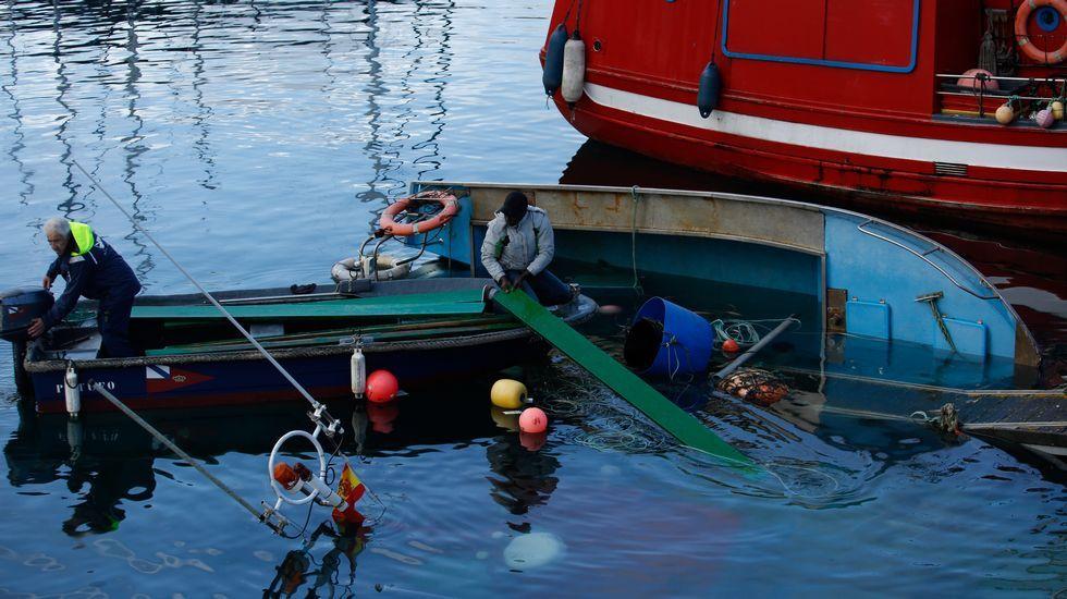 .Hundimiento de un pesquero amarrado en la Marina