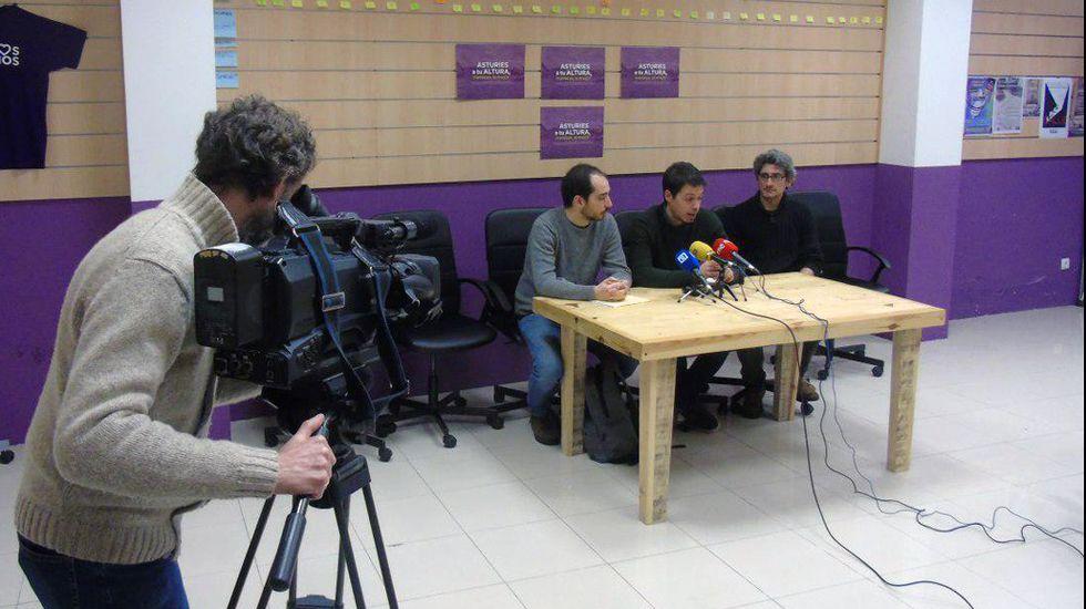 Desde la izquierda, Hector Piernavieja, Segundo González y Luis Román, de Podemos.Desde la izquierda, Hector Piernavieja, Segundo González y Luis Román, de Podemos