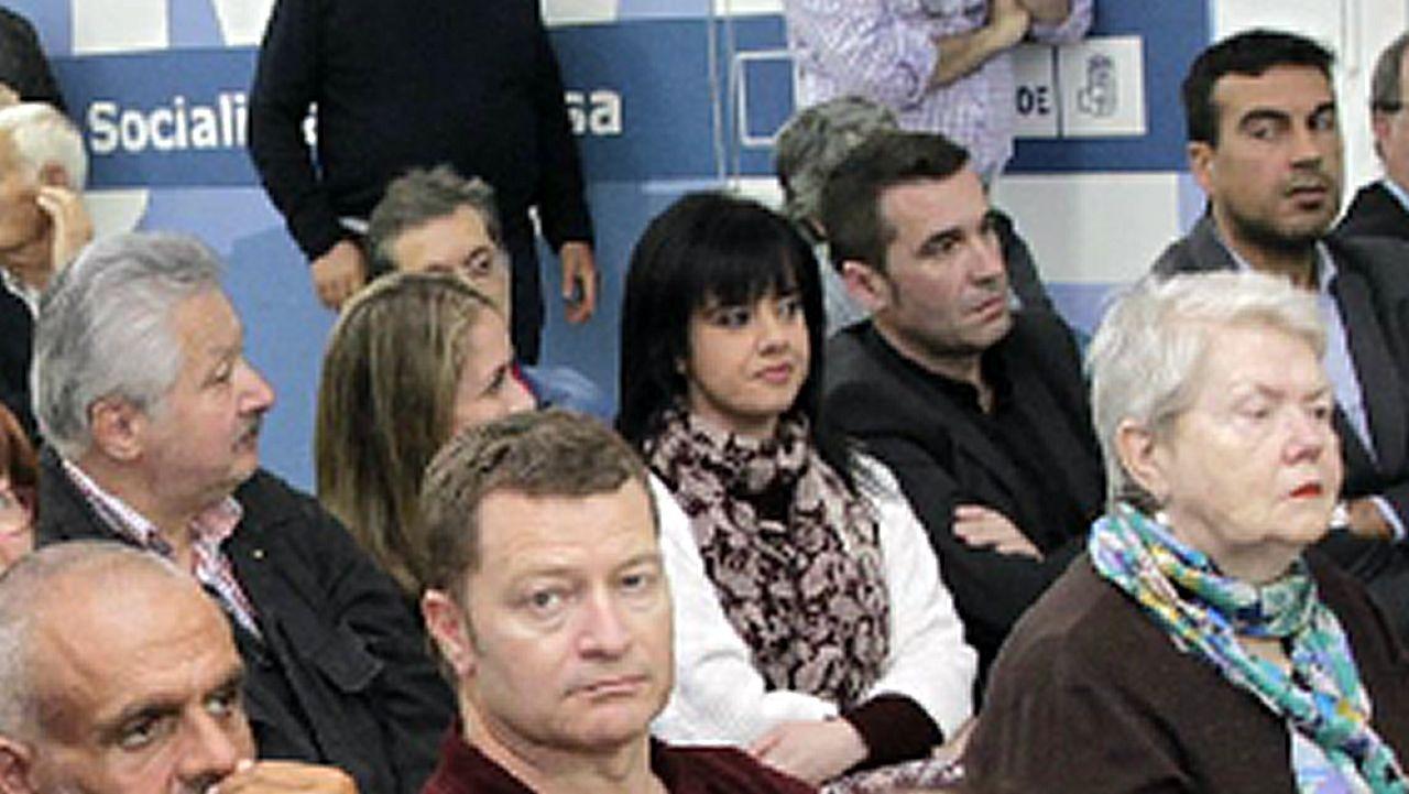 .Eva Martínez Acón, en el centro de la imagen, en una asamblea del PSOE coruñés