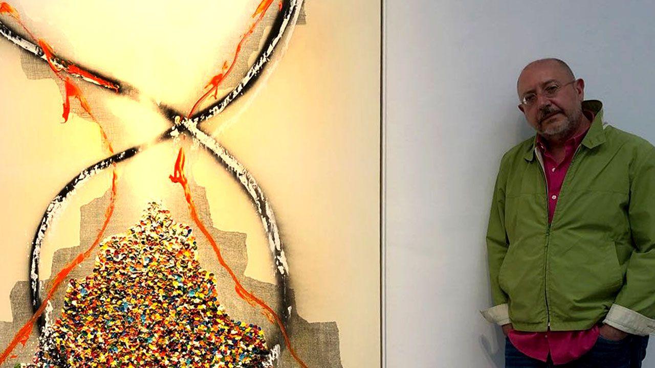 Isabel Rábago.Pelayo Ortega, junto a una de las obras de su exposición en Marlborough Madrid