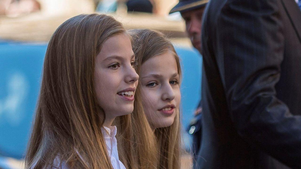 Los reyes Felipe y Letizia, sus hijas, la princesa Leonor y Sofía, y los reyes don Juan Carlos y doña Sofía asistieron el día 1 de abril a la misa de Domingo de Resurrección en la Catedral de Mallorca. Es el cuarto año consecutivo que don Felipe y doña Letizia acuden con sus hijas a la misa pascual