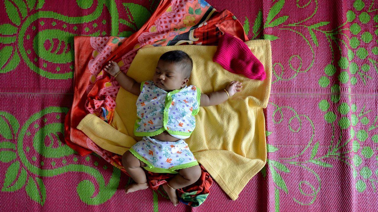 Un bebé descansa en un campo de refugiados en el sur de la India.