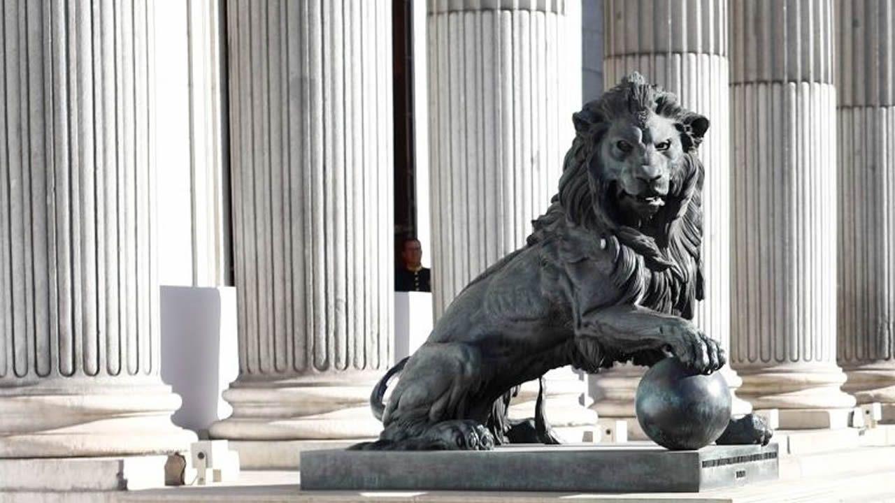 Uno de los leones de la sede del Congreso de los Diputados, donde hoy arranca la decimotercera legislatura de la democracia